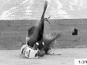 马与人-马在跨越障碍时被掀翻   马的重量全部砸到金亨七的头上   金亨七躺倒