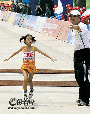 厦门马拉松8岁小丫惊艳全程狂欢以马拉松的名义