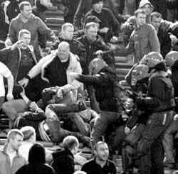 欧冠联赛上演罕见暴力事件一曼联球迷被刺穿生命垂危