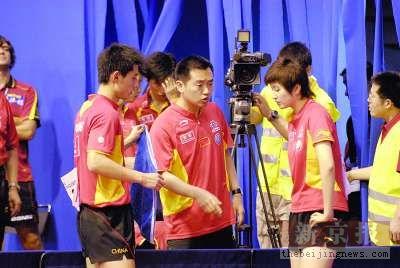 世乒赛中国队首场败仗孔令辉为弟子挡住摄像头