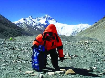 环保志愿者珠峰脚下捡拾垃圾