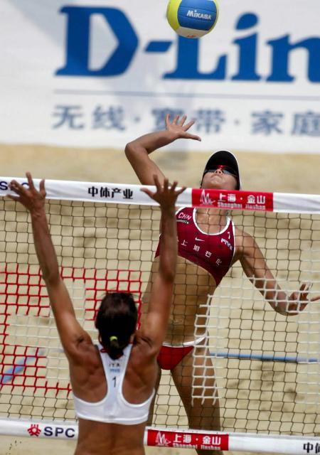 世界女子沙滩排球巡回赛 田佳跃起扣球
