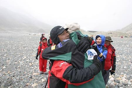 珠峰清扫活动硕果累累先遣队员与本队汇合