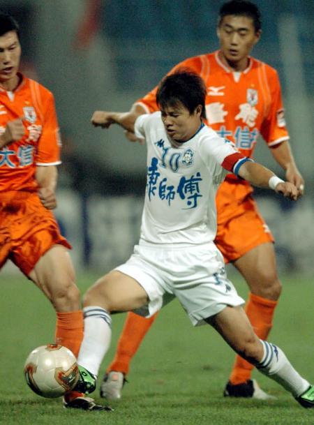 图文-山东鲁能3-1胜天津泰达于根伟带球突破