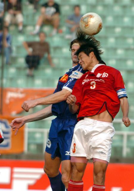 图文-中甲南京有有胜成都五牛两队员争顶头球