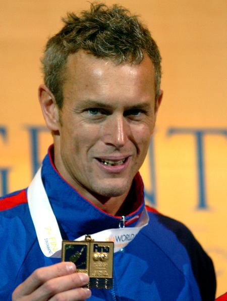 图文-短池游泳世锦赛第三日向镜头展示金牌