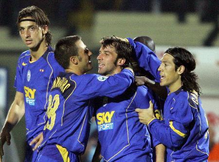 图文-[意甲]锡耶纳0-3尤文皮耶罗与队友庆贺入球
