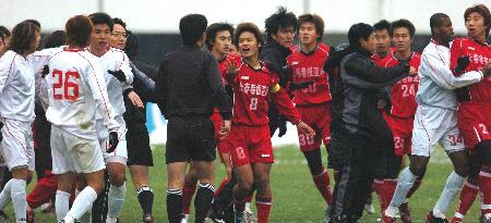 图文-长春亚泰4-2胜安馨园双方队员发生冲突