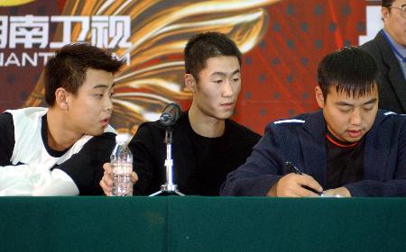 图文-2004乒乓球世界与中国对抗赛运筹帷幄之中