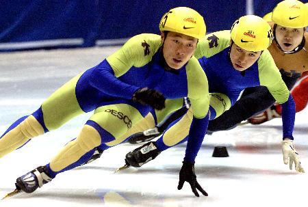 图文-速滑赛500米王宝剑称雄群雄逐鹿勇者胜