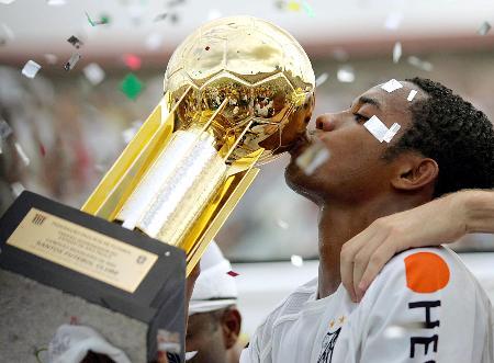图文-桑托斯获得巴西联赛冠军罗比尼奥亲吻奖杯