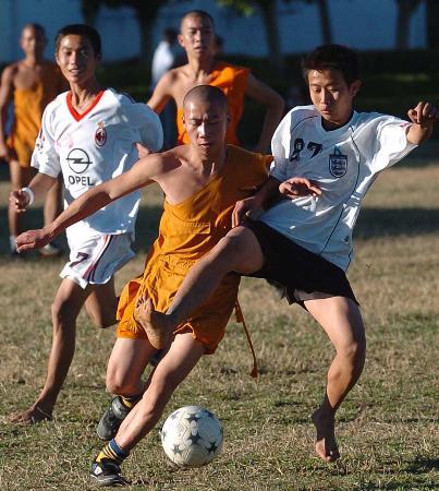 """图文-边境火起""""少林足球""""有模有样的足球赛"""