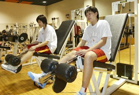 图文-中国女篮举行公开训练课 路璐进行力量训练