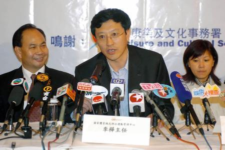 图文-中国跳水及花样游泳队访港李桦回答记者提问