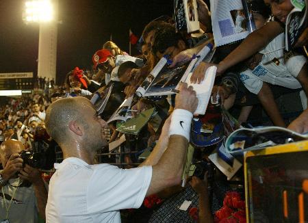 图文-迪拜公开赛阿加西进八强为狂热球迷签名
