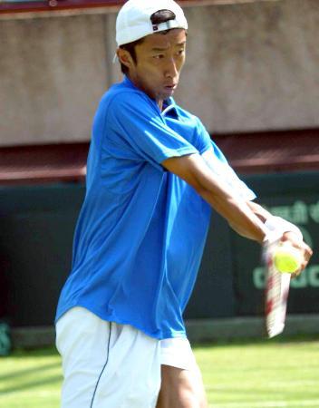 图文-戴维斯杯网球赛中国再失一城王钰反手击球
