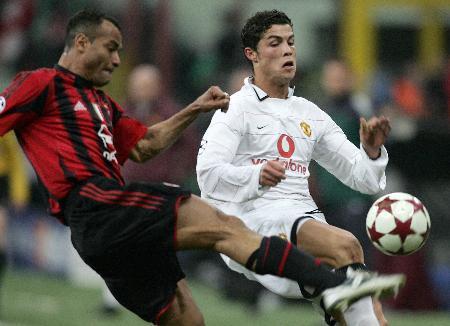 图文-[冠军杯]AC米兰1-0曼联卡福对小小罗下脚