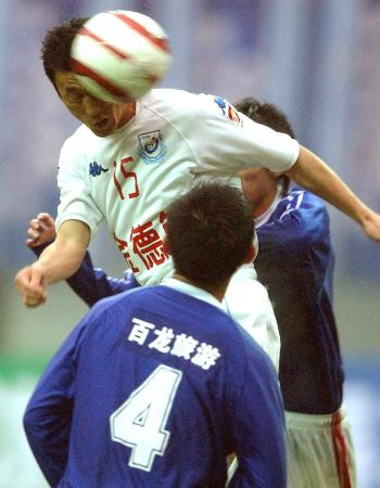 图文-[足协杯]湖南湘军2比0胜沈阳金德张扬头球攻门