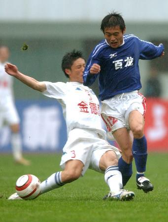 图文-[足协杯]湖南湘军2比0胜沈阳金德王琛拼抢