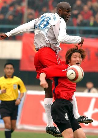 图文-[中甲]厦门蓝狮1-0胜河南建业乔基姆拼抢激烈
