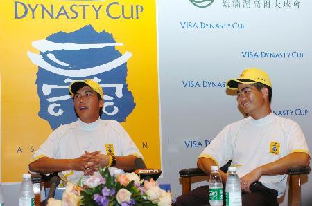 图文-05年VISA朝王杯赛首轮中国双雄有说有笑