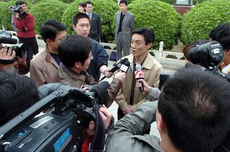 图文-中国女乒结束封训返京众多记者采访陆元盛
