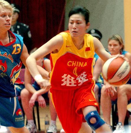 中国女篮险胜澳大利亚宋晓云带球突破