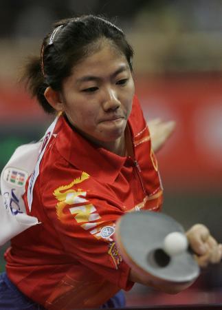 图文-世乒赛女单首轮比赛 牛剑锋侧身回球不手软