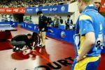 图文-世乒赛男双四分之一决赛工作人员现场修地板