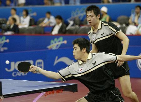 图文-世乒赛男双四分之一决赛庄智渊低身回球