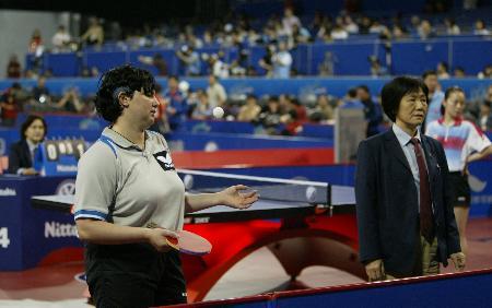 图文-世乒赛女子单打第三轮巴托菲与裁判理论