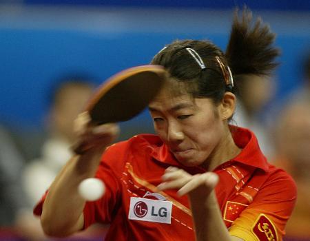 图文-世乒赛女子单打第三轮牛剑锋侧身拉球威力大