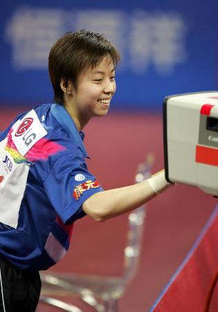 图文-世乒赛女子单打决赛张怡宁笑对摄像机