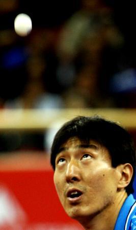 图文-世乒赛男子单打半决赛吴尚垠全神贯注发球
