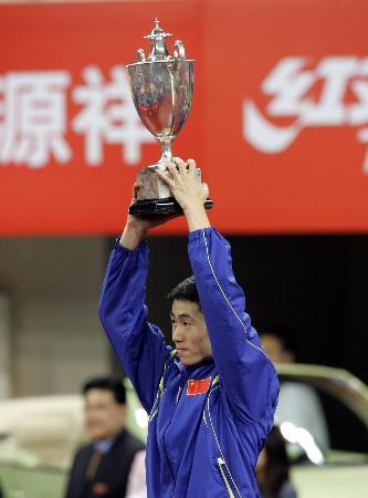 图文-世乒赛男子单打决赛王励勤高高举起奖杯