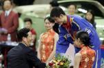 图文-世乒赛男子单打决赛陈良宇给王励勤颁奖
