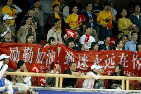 图文-世乒赛男子单打决赛家乡球迷给王励勤加油