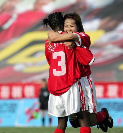 图文-[女超]天津揭幕战1-0河北文婷与队友分享快乐