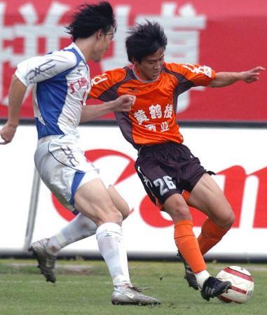 图文-武汉黄鹤楼1-0胜重庆力帆姚翰林带球过人