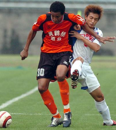 图文-武汉黄鹤楼1-0胜重庆力帆对付维森特有点难
