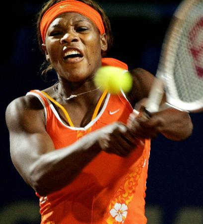 图文-意大利女子网球大师赛小威回球显狰狞面目
