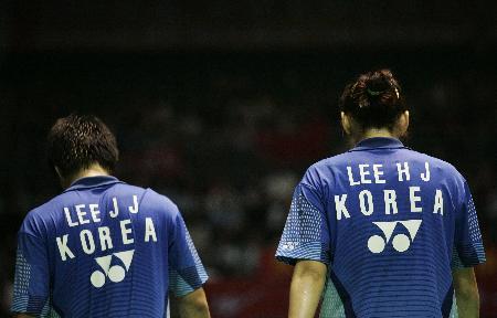 图文-苏杯半决赛中国对阵韩国失败者的背影