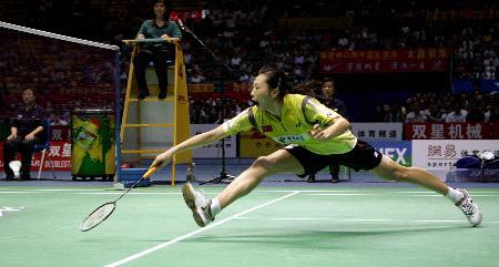 图文-中国队重夺苏迪曼杯张宁比赛中跨步救球
