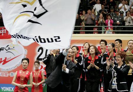 图文-苏迪曼杯中国夺冠王岐山将会旗交给下届代表