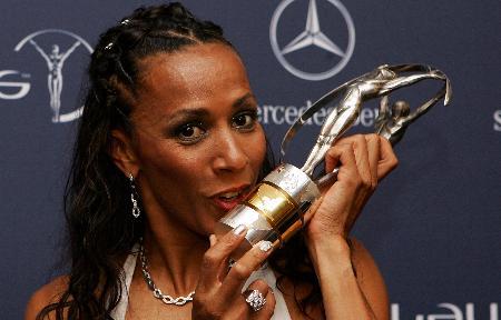 图文-2005世界体育劳伦斯奖揭晓霍尔姆斯亲吻奖杯