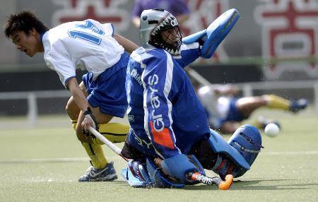 图文-十运会男子曲棍球预赛澳门守门员积极防守