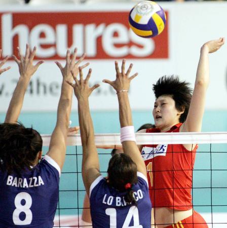 图文-瑞士女排精英赛中国负意大利王一梅跳起扣杀