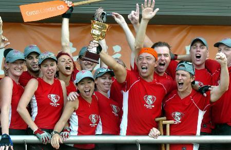 图文-香港赤柱龙舟赛冠军队员手捧奖杯大声欢呼