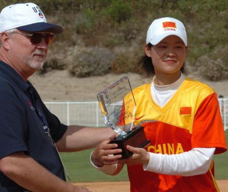 图文-国际邀请赛中国女垒获第四队长黎春霞领奖