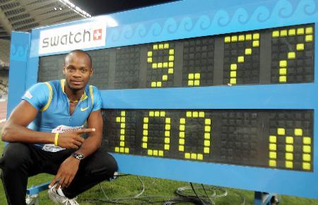 图文-鲍威尔破男子百米世界纪录记分牌前留念